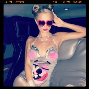Paris Hilton geht als Miley Cyrus an die Halloween-Party (Quelle: Twitter).