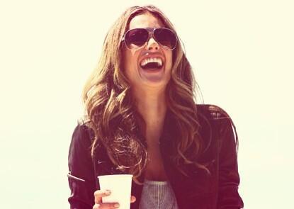 Herzhaftes Lachen: Model Alessandra Ambrosio (Quelle: Twitter)