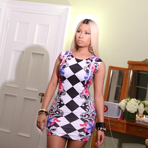 Nicki Minaj trägt Fussboden (Quelle: Twitter)