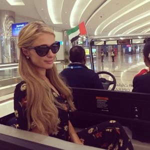 Paris Hilton lässt sich durch den Flughafen kutschieren.