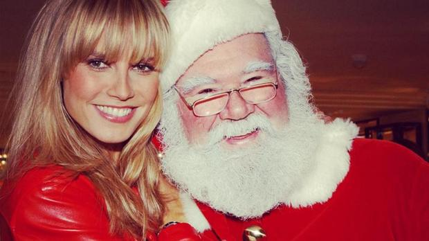 Heidi-Klum-via-Facebook-Arm-in-Arm-mit-dem-Weihnachtsmann_teaser_620x348